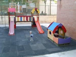El patio de los columpios junto al edificio de infantil