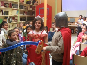 El caballero le regala una rosa a su princesa