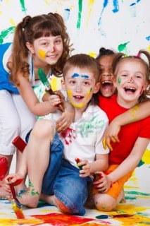 9587601-ninos-divirtiendose-con-pinturas-de-risa
