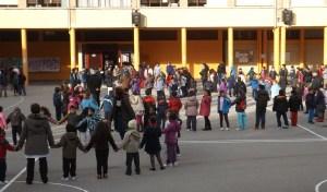 LOs más pequeños delante, alumnado de 2º de primaria en el centro y los de 4º de primaria al fondo