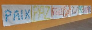 Pancartas del día de la paz en distintos idiomas realizadas por el alumnado del CEIP Marcos Frechín