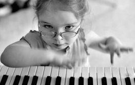 3 niña piano