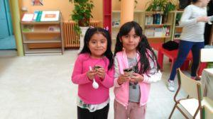 Las chicas de primero con sus plantas